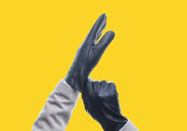 Женские руки в кожаных перчатках изолированы
