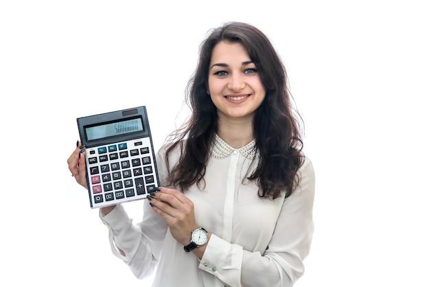 흰 벽에 고립 된 계산기 근접 촬영으로 여성 손