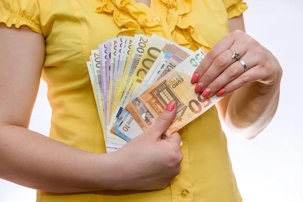 Женские руки с банкнотами евро крупным планом