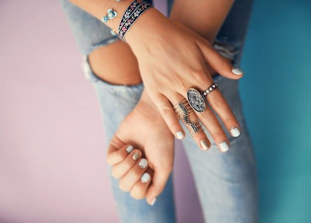 色の宝石と女性の手