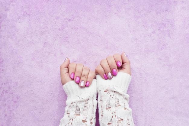 Женские руки с сиреневым маникюром