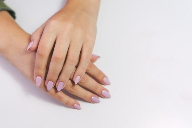 長い爪の女性の手優しいピンクの女の子の手