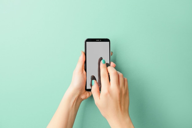 現代の携帯電話を持つ女性の手