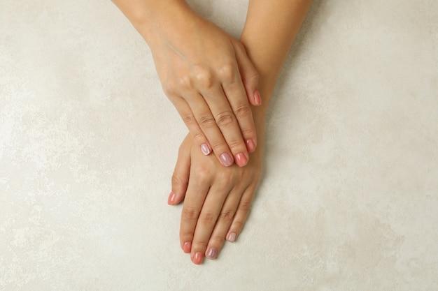 Женские руки с розовыми ногтями