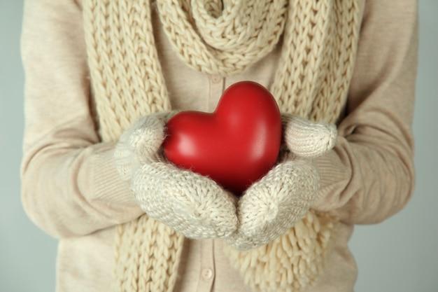 Женские руки с красным сердцем, крупным планом