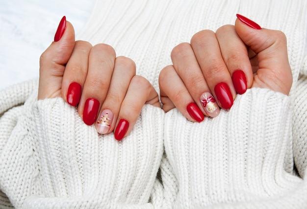 Женские руки с красным маникюром