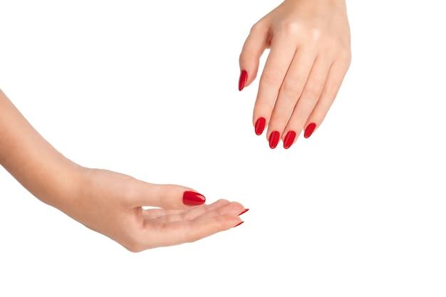 빨간 매니큐어와 여성 손