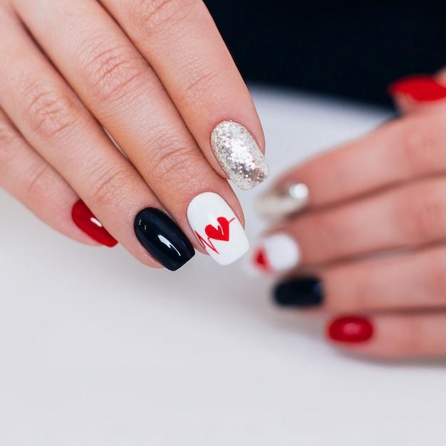 Женские руки с романтическим маникюром, дизайн сердца
