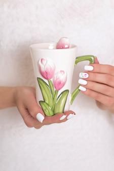 Женские руки с весенним маникюром