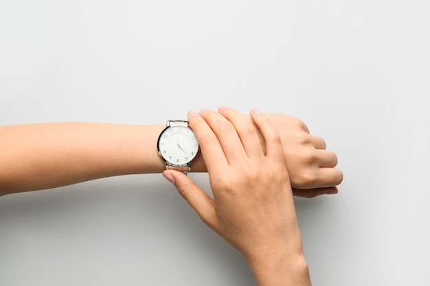 고립 된 세련 된 손목 시계와 여성 손