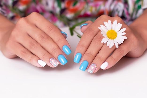 카모마일 꽃으로 장식된 여름 매니큐어 손톱이 있는 여성 손