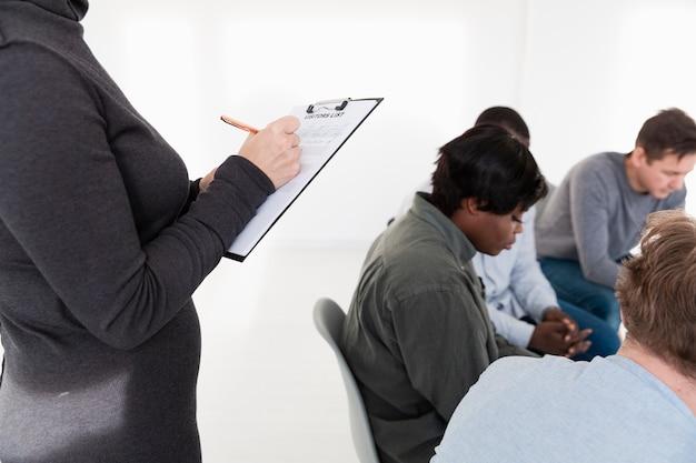 クリップボードに書き込む女性の手