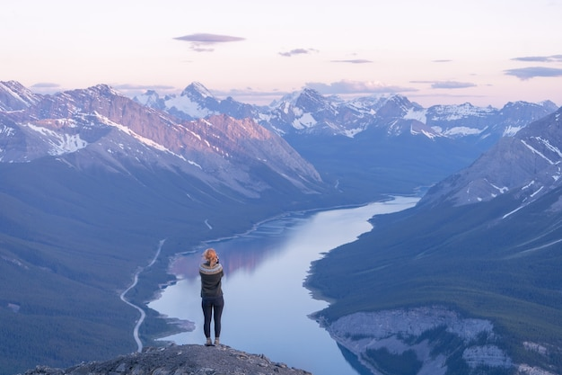サンセットリムウォールサミットカナダの間に高山の谷の景色を楽しむ女性ハイカー