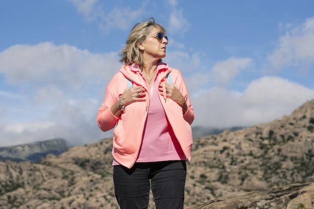 Escursionista femminile che cammina e si gode l'aria fresca
