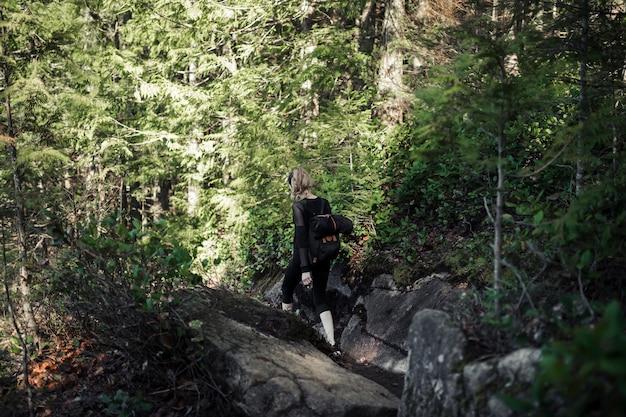 숲에서 하이킹을 걷는 여성 등산객