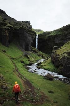 Путешественница с видом на водопад квернуфосс в южной исландии