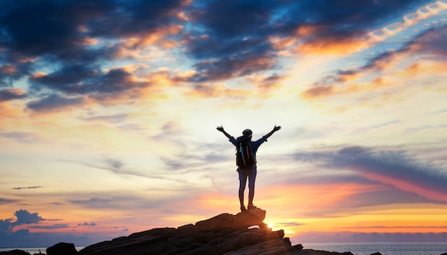 山の崖を登る女性ハイカー。ビジネスリーダーシップの概念。
