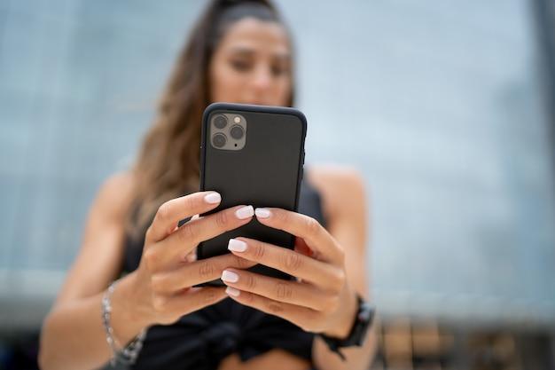 Femmina che tiene un telefono