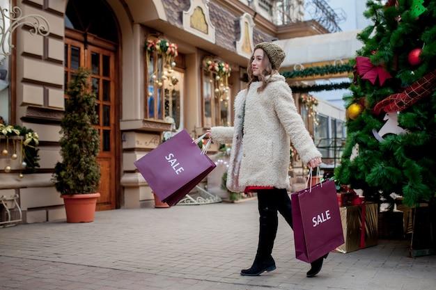 크리스마스 쇼핑백 선물을 들고 여성