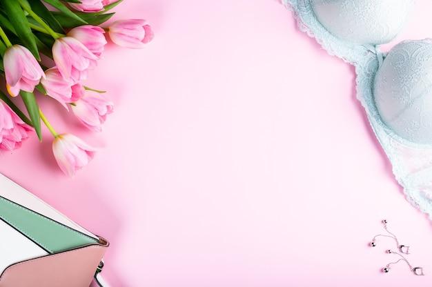 여성 홈 오피스 데스크입니다. 노트북, 핑크 튤립 꽃 및 액세서리가 있는 작업 공간. 평평한 평지, 평면도. 패션 블로그 배경입니다. 여자는 단호하게. 우먼 데이 플랫레이.