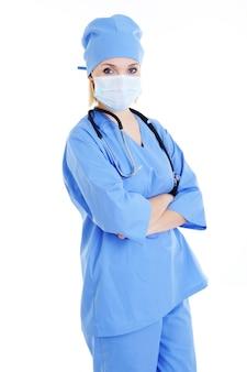 Chirurgo femminile dell'ospedale nella mascherina medica - isolata su bianco