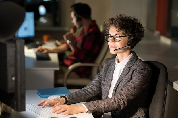 女性ホットラインオペレーター