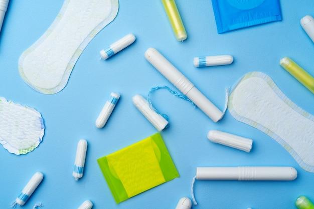 青い上面図の女性の衛生パッドとタンポン