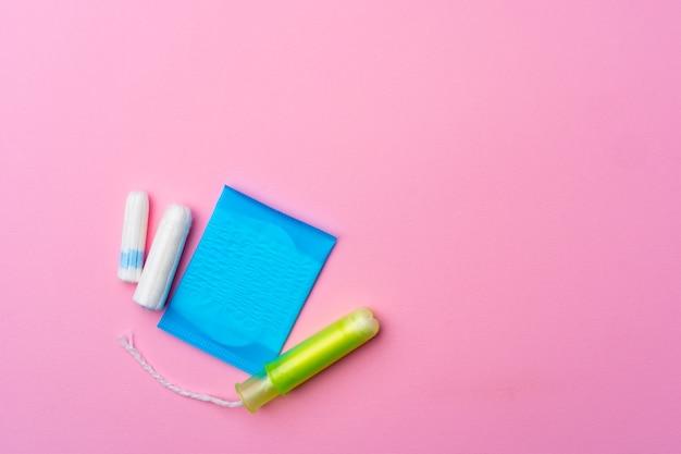 ピンクの上面図の女性の衛生パッドとタンポン