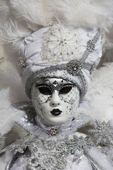세계적으로 유명한 카니발 기간 동안 아름다운 드레스와 전통적인 베니스 마스크를 입은 여성