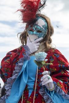 세계적으로 유명한 카니발 기간 동안 전통적인 베니스 가면을 쓴 여성