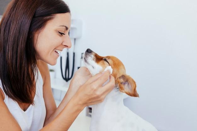 彼女の健康な犬に恋する女性