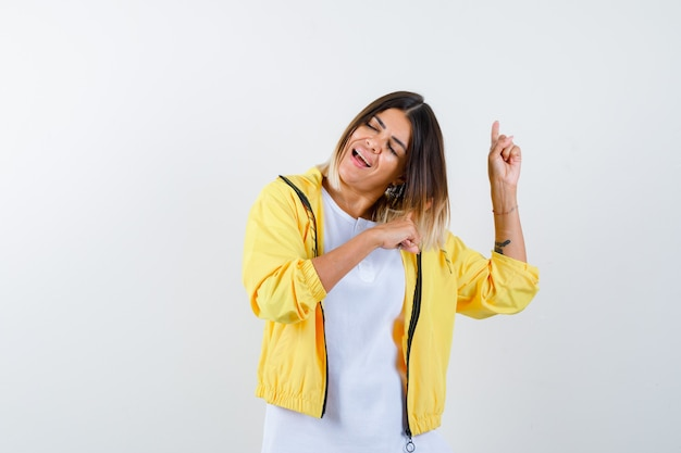 여성 t- 셔츠, 재킷을 가리키고 정력적 인 전면보기를 찾고 있습니다.