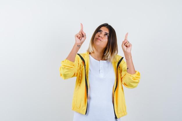 Tシャツを着た女性、上向きで希望に満ちたジャケット、正面図。