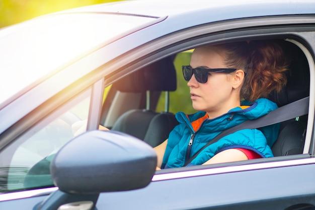 サングラスをかけている交通渋滞の女性