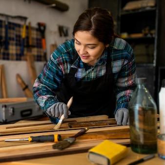 ワークショップの絵画の女性