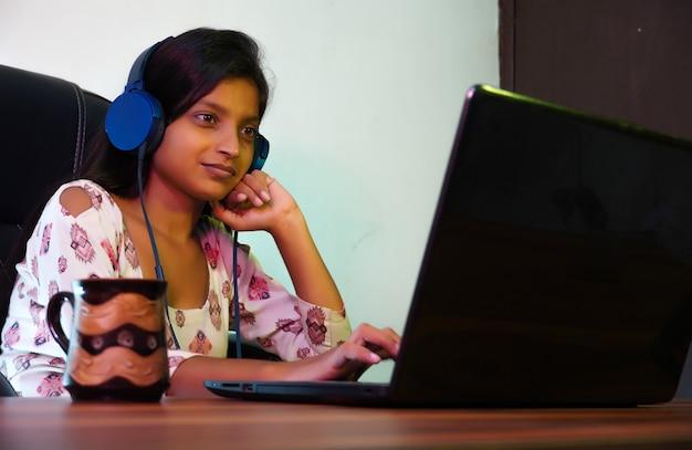 해외 유학을 위해 온라인 수업을 듣는 인도 여성 학생