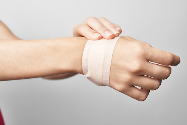 여성 부상 팔 붕대 건강 문제