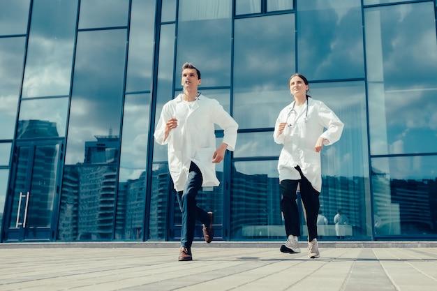 여성 인턴은 자신있게 의료 개념을 앞으로 나아가고 있습니다.