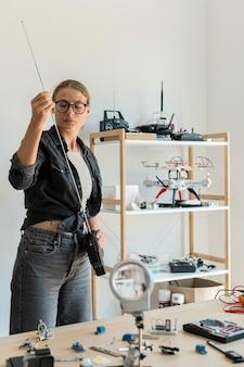 Женский изобретатель работает над новым творением