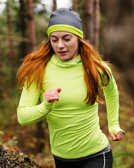 森の中を走る女性ジョガー