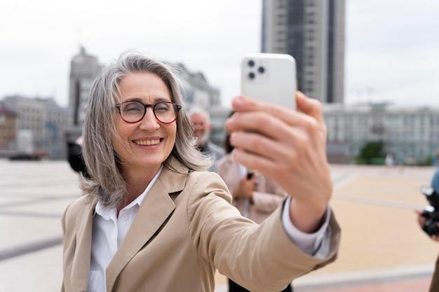 Giornalista che si fa un selfie