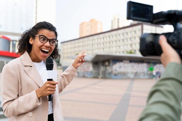 Giornalista che racconta la notizia fuori