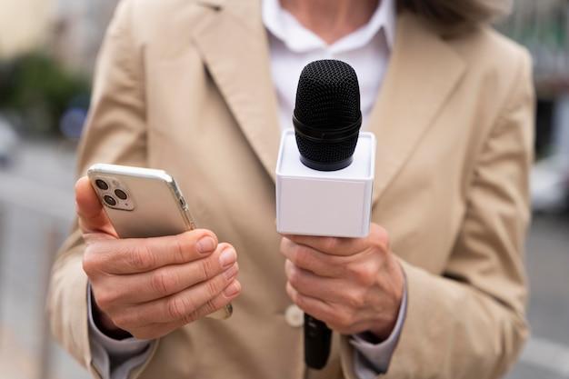 Giornalista che racconta la notizia