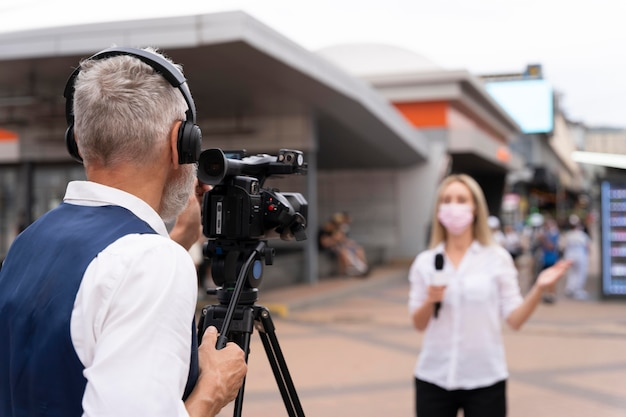 屋外でニュースを語る女性ジャーナリスト