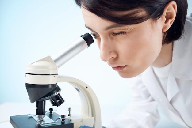 의료 마스크 현미경 분석 연구의 여성 실험실 조수