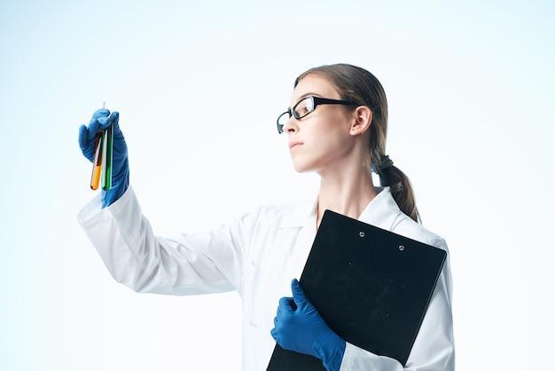 白衣化学溶液研究専門家の女性実験助手。高品質の写真