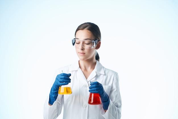 Женский лаборант в белом халате химического раствора исследования науки