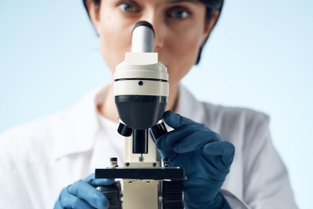 여성 실험실 조수 전문 연구 과학 현미경