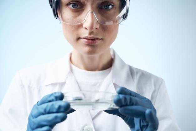 Женский лаборант исследования науки медицина биотехнология. фото высокого качества