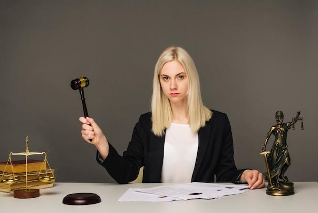 Женщина-юрист, работающая за столом в офисе